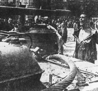 Un giovane ferma un carrarmato russo a Praga in una foto senza data. ANSA